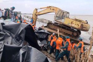 Sạt lở đê biển Tây: Gia cố khẩn cấp đê, di dời dân tới khu tái định cư