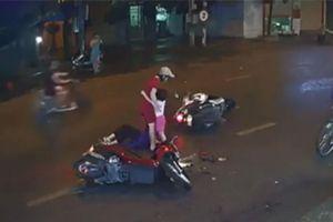 Cư dân mạng quan tâm: Mẹ dừng xe giữa đường suýt gây họa cho con