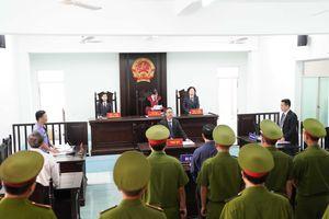Bị cáo Nguyễn Hữu Linh được che chắn kín đáo trong phiên tòa xét xử lần 2