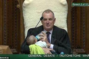 Nam nghị sĩ New Zealand vừa cho bé bú sữa vừa chủ trì họp