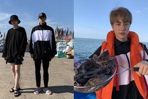 Khác hẳn hội em nhỏ, 2 anh lớn BTS tận hưởng kỳ nghỉ theo phong cách 'người già' mà vẫn cực sang chảnh