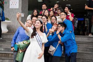 Hoa hậu Lương Thùy Linh trở về trường, hớn hở chụp ảnh cùng bạn bè