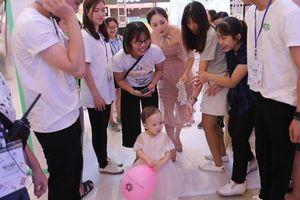 Mẹ con diễn viên phim 'Nàng dâu Oder' được 'fan' vây kín khi xuất hiện ở Lễ hội Sữa Hàn Quốc