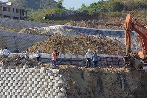 Vụ bức tường 'khủng' đe dọa nhà dân: Tiến độ tháo dỡ đạt khoảng 70%
