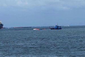 Sóng đánh lật ca nô, 19 người bị nạn trên luồng sông Dinh