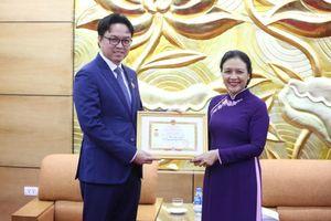 VUFO trao Kỷ niệm chương, tôn vinh đóng góp không mệt mỏi của Đại sứ Campuchia tại Việt Nam