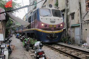 Nghịch lý ngành đường sắt Việt Nam: Ngửa tay đi 'ăn xin' đến bao giờ?