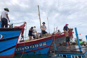 Tàu cá ngư dân bị sóng đánh chìm khi neo đậu