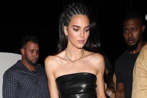 Kendall Jenner diện đồ da bóng, xách túi tí hon khi đi ăn cùng chị em