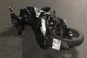 Xe máy 'kẹp' năm, đâm dải phân cách, bốn sinh viên tử vong