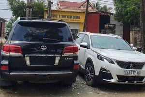 Công an tạm giữ 2 xe sang để điều tra vụ đập phá cổng làng