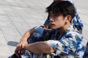Dịch Dương Thiên Tỉ đẹp trai ngỡ ngàng trong khóa học quân sự