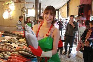 'Hot girl bán cá' nổi tiếng Đài Loan vì xinh đẹp và thần thái rạng rỡ sáng bừng chợ cá