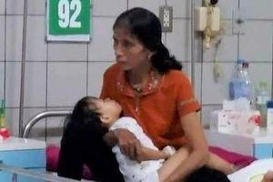 Hà Tĩnh: Bé gái 2 tuổi hoại tử chân vì bị rắn hổ mang cắn