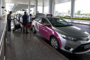 Vợ chồng 'cò mồi' xe 'dù' lăng mạ, nhổ nước bọt thách thức nhân viên sân bay