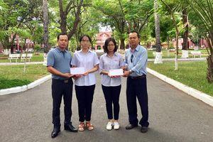 Trao tiền độc giả hỗ trợ cho hai nữ sinh nghèo hiếu học