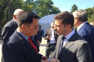 Đại sứ Nguyễn Anh Tuấn chào Tổng thống Zelensky nhân Quốc khánh Ukraine