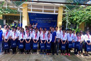 Học sinh trường TH-THCS Phú Tân đón nhận món quà ý nghĩa trước thềm năm học mới