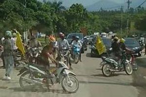 Dân mạng lại 'sục sôi' nhóm thanh niên tự ý chặn đường cho đoàn xe đi