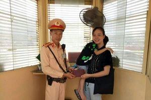 Hà Nội: CSGT trả lại ví cho người đánh rơi