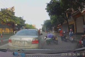 Dừng xe giữa đường nhặt tiền rơi, tài xế ô tô suýt gây tai nạn nghiêm trọng