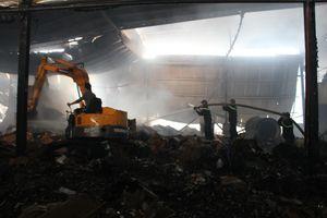 Hiện trường vụ cháy lớn tại công ty sản xuất giấy ở miền Tây