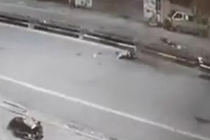 Clip: Khoảnh khắc xe máy kẹp 5 tông dải phân cách, 4 người chết ở Thái Nguyên