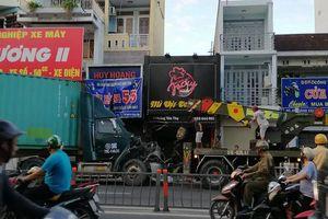 Container lao vào 2 cửa hàng ở Phú Nhuận lúc rạng sáng