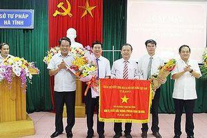 Sở Tư pháp Hà Tĩnh đón nhận Cờ thi đua của Chính phủ