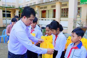 Trao 64.000 quyển vở 'tiếp sức' đến trường cho trẻ em nghèo ĐBSCL