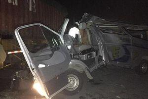 Xe khách tông đuôi xe container, 16 người bị thương