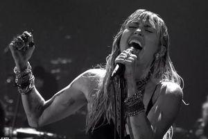 Miley Cyrus gợi cảm trên sân khấu sau khi ly dị Liam, bạn gái Kaitlynn Carter theo sau nơi hậu trường