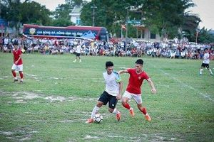 CLB bóng đá Hồng Lĩnh Hà Tĩnh thi đấu giao hữu tại quê nhà để quyên góp từ thiện