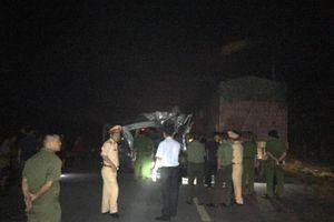 Xe khách đâm vào đuôi container đang đánh lái vào lề đường, 16 người nhập viện trong đêm