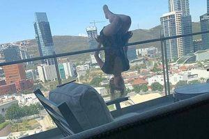 Leo lên mép ban công tầng 6 tập yoga, cô gái nhận cái kết thảm thương