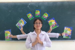 'New trend' đầu năm học: Giới học sinh đua nhau chụp ảnh cùng sách giáo khoa theo phong cách 'nghìn mắt nghìn tay'