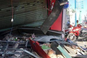 Hãi hùng xe container lao vào 2 cửa hàng gần sân bay Tân Sơn Nhất