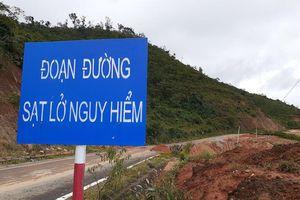 Sạt lở đất đá, quốc lộ ở Kon Tum bị vùi lấp