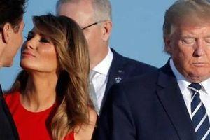 Hành động 'đáp trả' của vợ Tổng thống Trump khi ông có cử chỉ thân mật cùng Đệ nhất phu nhân Pháp