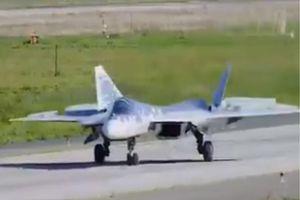 Pha hạ cánh bất thường của tiêm kích Su-57 Nga
