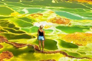 Liều lĩnh dạo bộ trên hồ nước ngập axit sủi bọt