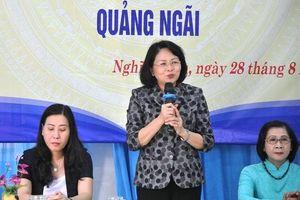 Phó Chủ tịch nước Đặng Thị Ngọc Thịnh thăm và tặng quà tại Quảng Ngãi