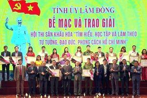 Tặng thưởng các nhân vật tiêu biểu Hội thi sân khấu học tập tấm gương Bác Hồ