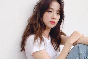 Đẳng cấp visual là đây: Jisoo BlackPink đẹp hết phần thiên hạ dù chỉ mặc áo phông trắng, quần jeans basic