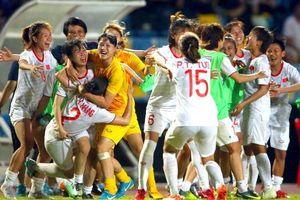Clip: ĐT nữ Việt Nam 'quẩy' tưng bừng trên xe sau khi vô địch AFF Cup nữ trên đất Thái Lan