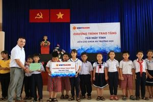 Vietbank tặng 760 máy tính cho các chùa và trường học