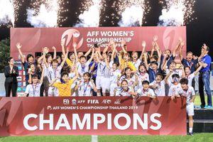 Thủ tướng Nguyễn Xuân Phúc chúc mừng đội tuyển bóng đá nữ Việt Nam