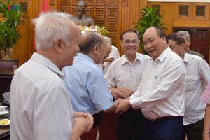 Thủ tướng gặp mặt các cựu cán bộ trực tiếp bảo vệ, phục vụ Bác Hồ
