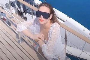 Chuyện showbiz: Hà Hồ mặc áo tắm, thả dáng thon trên du thuyền hạng sang