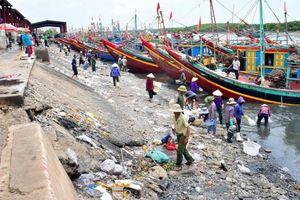 Nước đen ngòm, rác thải bủa vây cảng cá lớn nhất Nghệ An